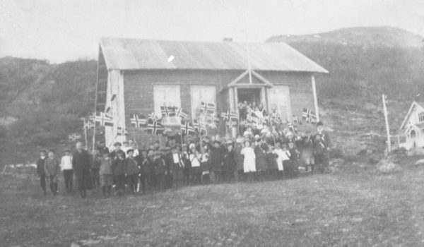 17. maitog foran ungdomshuset på Skaland, 1922. Foto: Midt-Troms Museum. Lisens: CC NC- BY-SA