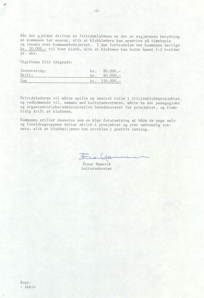 Kommunen konkluderer med at det ikke er gjort nok for ungdommen i kommunen, og det foreslås å gi støtte til etablering av ungdomsklubber på Lyngseidet og i Lenangen. Til grunn legges engasjement fra  U.L. Lyngsværingen og ungdommene ved Lenangen skole. Lyngen formannskap, Ungdomsarbeid 1987-1988, Lyngen kommune Foto: Arkiv Troms