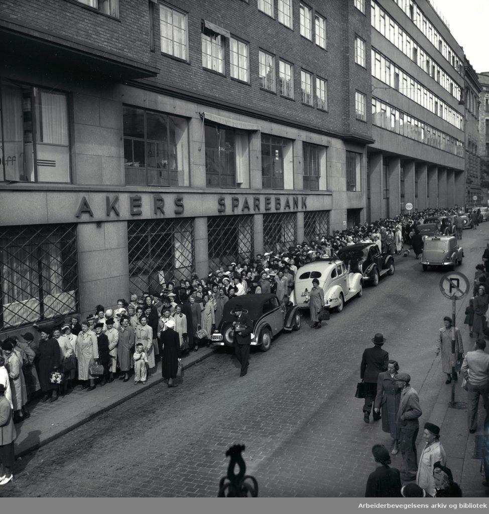 Kafferasjoneringen oppheves. Kø for å kjøpe kaffe. Oslo, september 1952.  Fotograf: ukjent, Arbeiderbevegelsens arkiv og bibliotek. Lisens: CC-BY-NC-ND