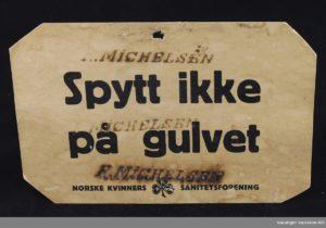 """Skilt """"spytt ikke på gulvet"""" Vadsø museum – Ruija Kvenmuseum, Varanger museum IKS, Lisens: cc by-sa."""