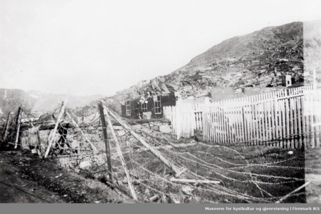 Honningsvåg 1945. Ruiner og piggtråd. Produksjon repro: Mary Vik, Museene for kystkultur og gjenreisning i Finnmark IKS, Lisens: CC BY-NC-ND