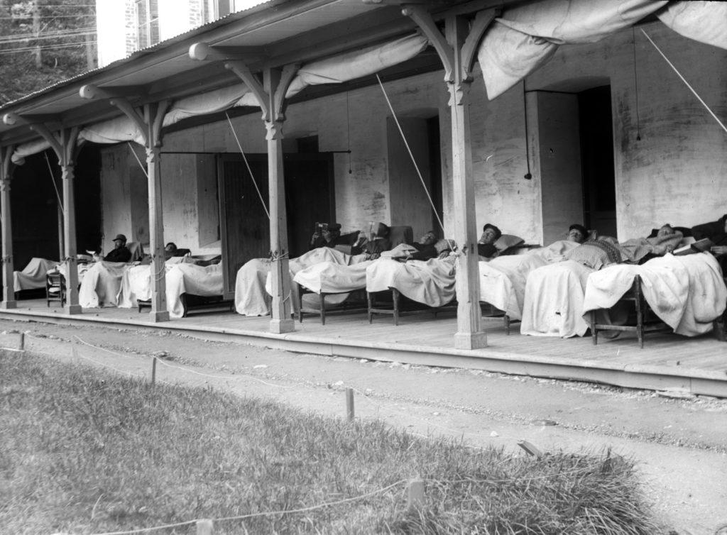 Pasienter i liggestoler, Lyster sanatorium, sogn og fjordane. År 1900-1920. Fotograf: Severin Worm-Petersen, 1923. Norsk Teknisk Museum, Lisens: CC BY