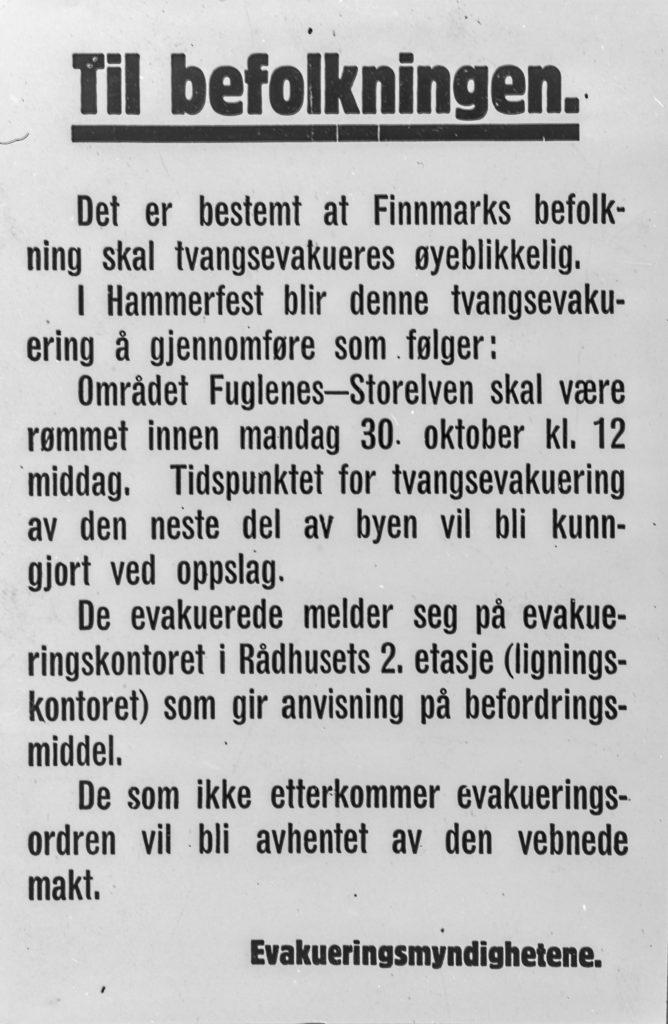 """Evakueringen av Finnmark. Faksimile av den plakat som tyskerne lot slå opp i Hammerfest umiddelbart før tvangsevakueringen av sivilbefolkningen ble satt i verk. Legg merke til trusselen om at de som ikke etterkomer ordren """"vil bli avhentet av den vebnede makt"""". Foto: Riksarkivet"""