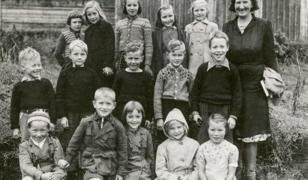 Klassebilde tatt foran brakke i Finnmarksleiren, Trondenes ca. 1945 - 50. Foto: Sør- Troms museum