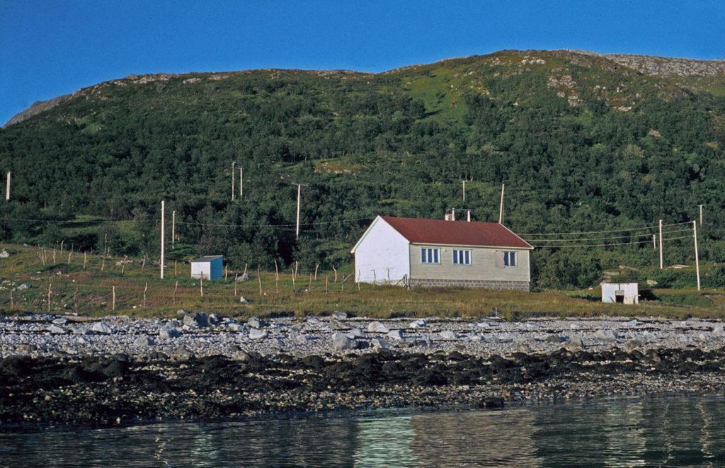 Ungdomshuset ved Molvik, Helgøy. Foto: Gustav Rossnes. Tromsø Museum - Universitetsmuseet