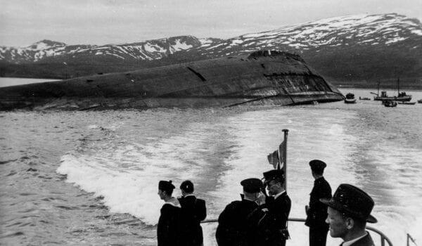 Foto: Perspektivet museum. Ombord i hurtigbåten «Tusna» dro Kong Haakon VII til Håkøybotn for å se på vraket til det tyske slagskipet «Tirpitz». Motstandsfolk fra Skjervøy spilte en viktig rolle i senkingen av Tirpitz utenfor Håkøya. Les mer om dette i heftet laget av klasse 9 B ved Skjervøy skole, 1980.